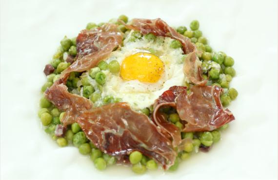 Receta de guisantes con jamón Monte Nevado y huevos escalfados